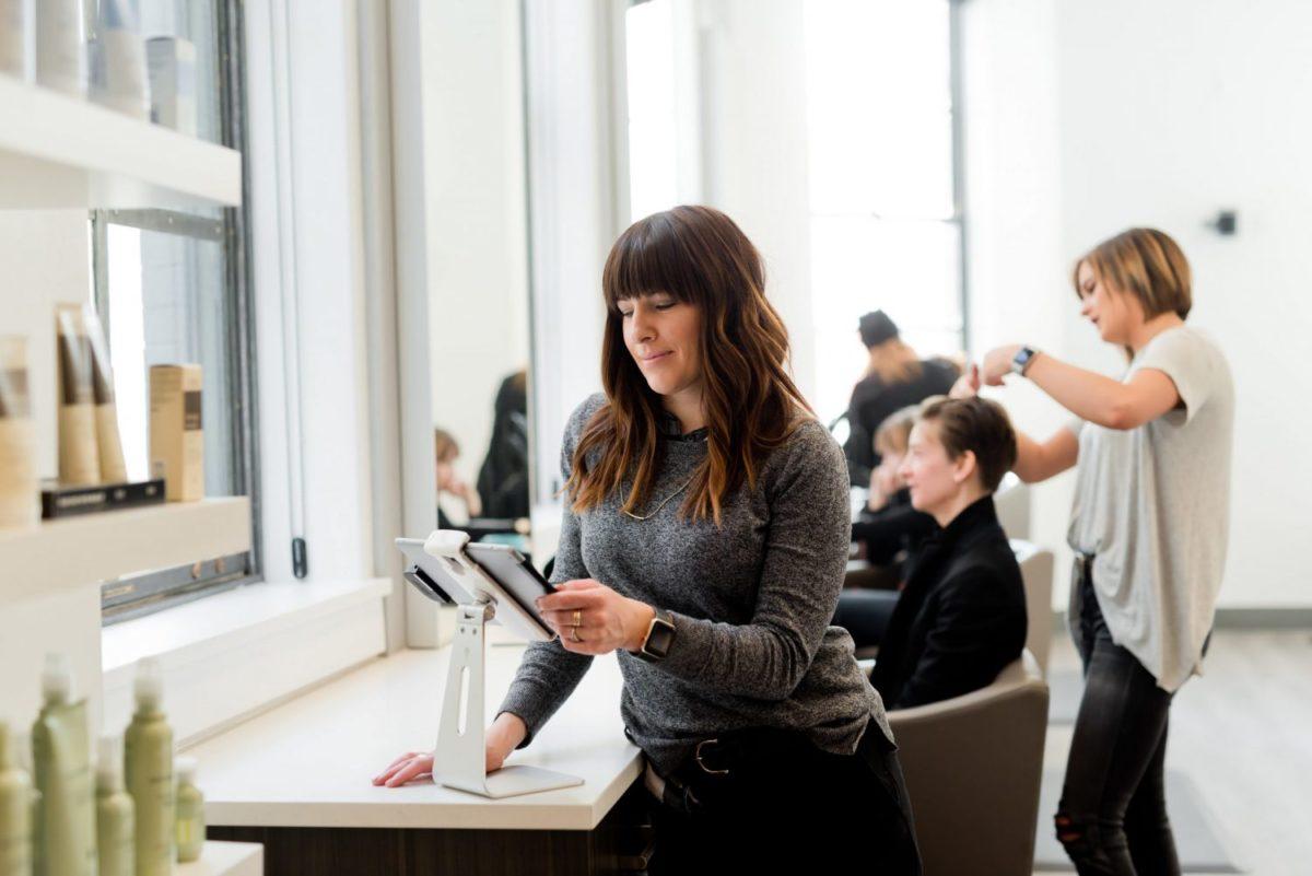 Digitaalisuus ja verkkopedagogiikka hius- ja kauneudenhoitoalan opetuksessa