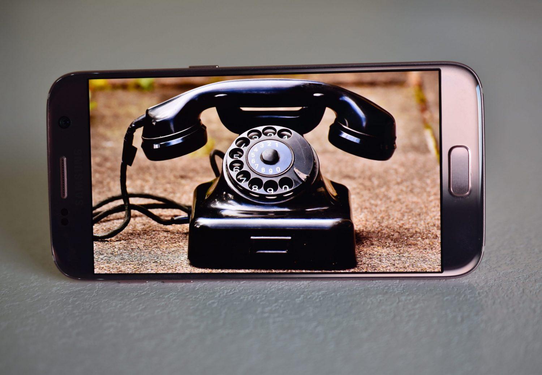 Opettajien pöytäpuhelimet vaihtuivat kännyköihin 2010-luvulla.